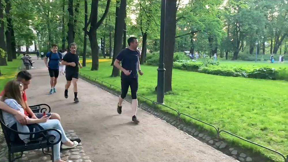 Николя Саркози бегает в парке