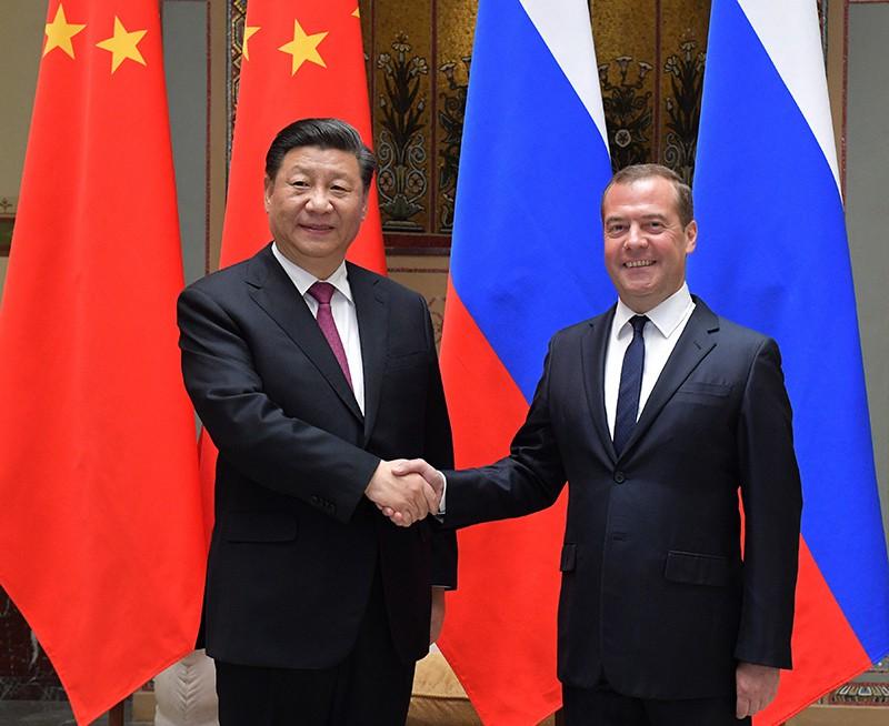 Председатель правительства РФ Дмитрий Медведев и председатель КНР Си Цзиньпин