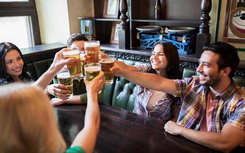 Люди пьют пиво