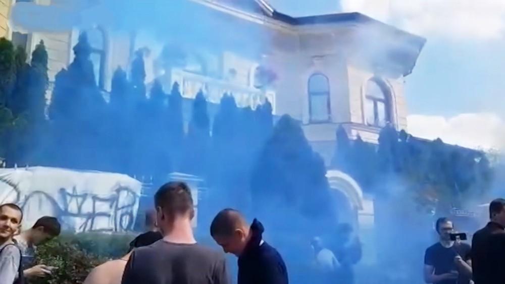 Активисты забросали дом Порошенко файерами