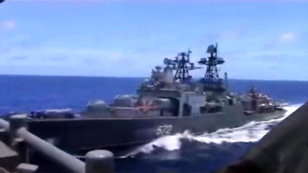Опасное сближение боевых кораблей США и России