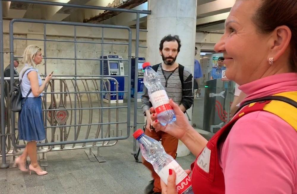 Раздача воды в метро