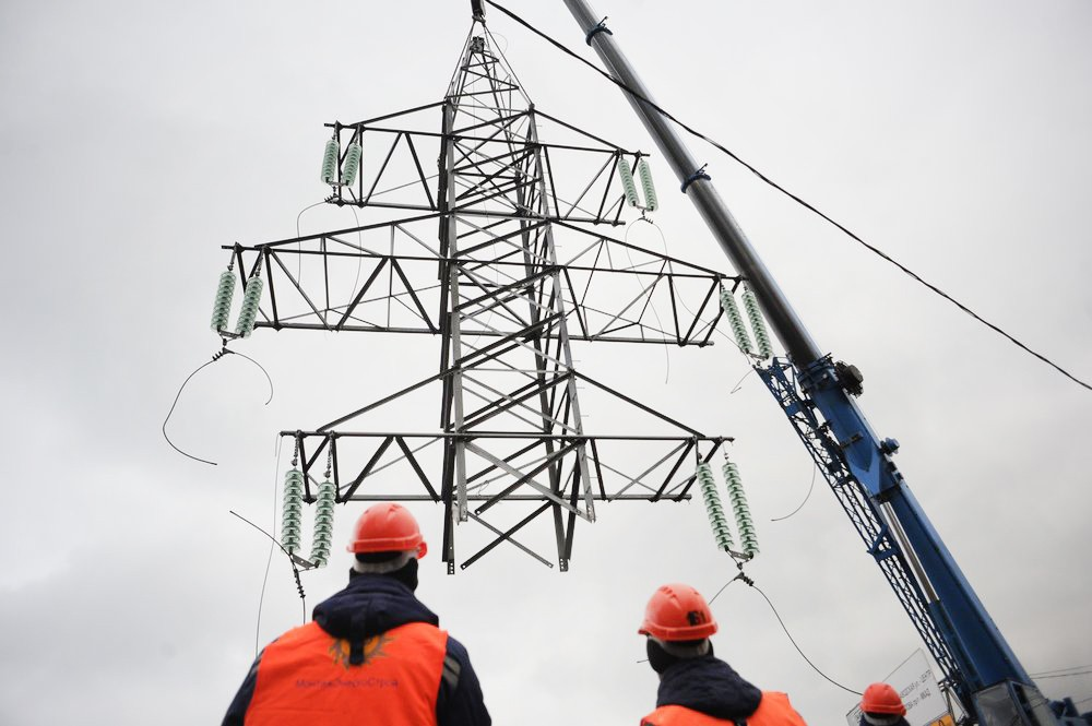 Электрик на фоне ЛЭП