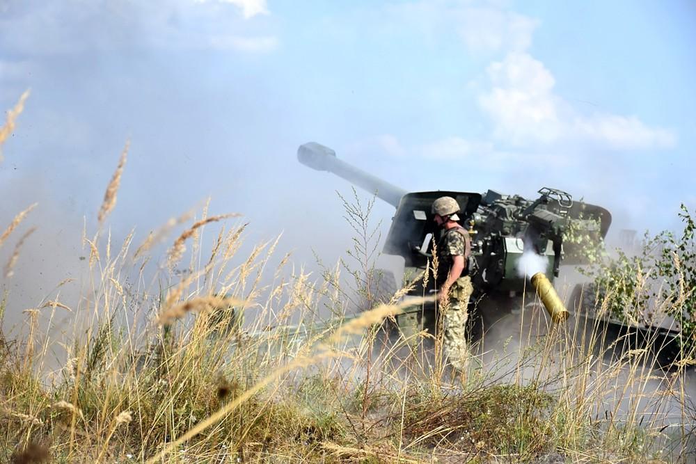 Украинские военные ведут артиллерийский огонь