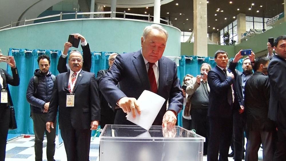 Нурсултан Назарбаев голосует на выборах