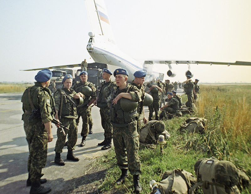 Российские десантники с миротворческой миссией ООН в Косове