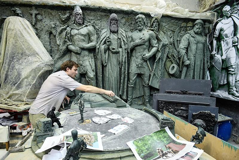 Скульптор в художественной мастерской во время изготовления декоративных рельефов