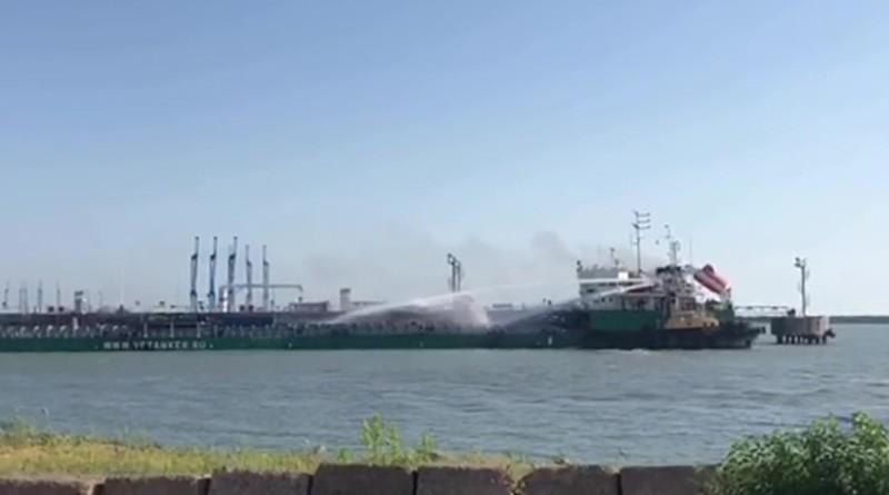 Танкер-16 горит в порту Махачкалы после взрыва газовоздушной смеси