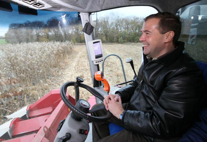 Дмитрий Медведев за рулем комбайна