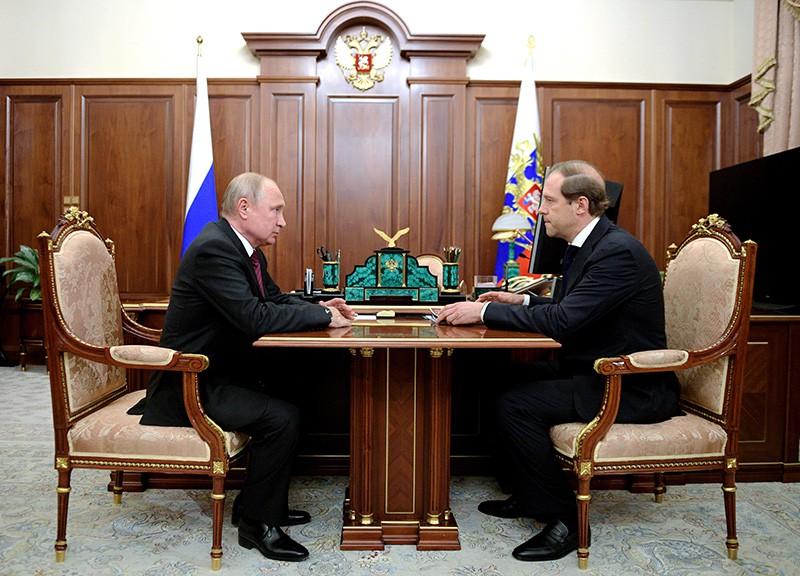 Владимир Путин и министр промышленности и торговли России Денис Мантуров