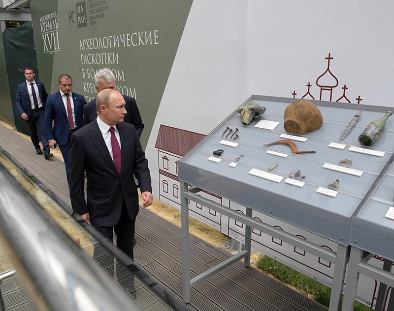 Владимир Путин на месте новых археологических раскопок в Большом Кремлёвском сквере