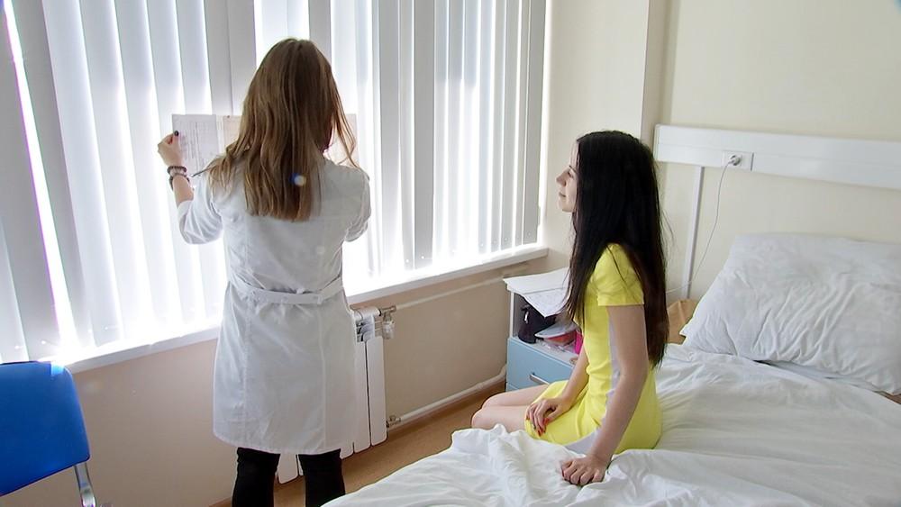 """Победительница конкурса """"Я профессионал"""" интерн Анна Данилова осматривает пациента"""