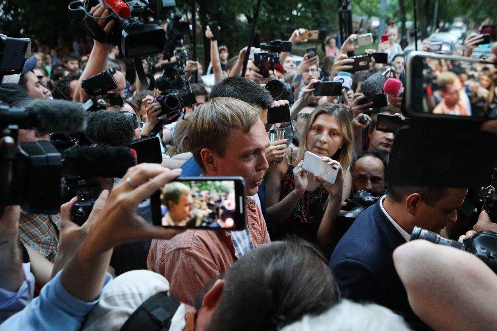 Иван Голунов общается с журналистами после освобождения