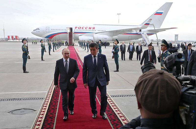 Владимир Путин и президент Киргизии Сооронбай Жээнбеков в аэропорту