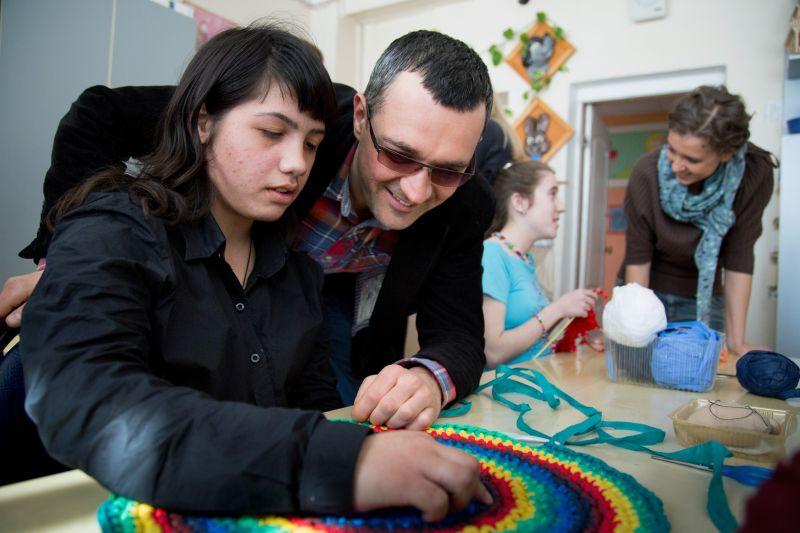 Егор Бероев и Ксения Алферова с воспитанниками интерната для детей с ограниченными возможностями