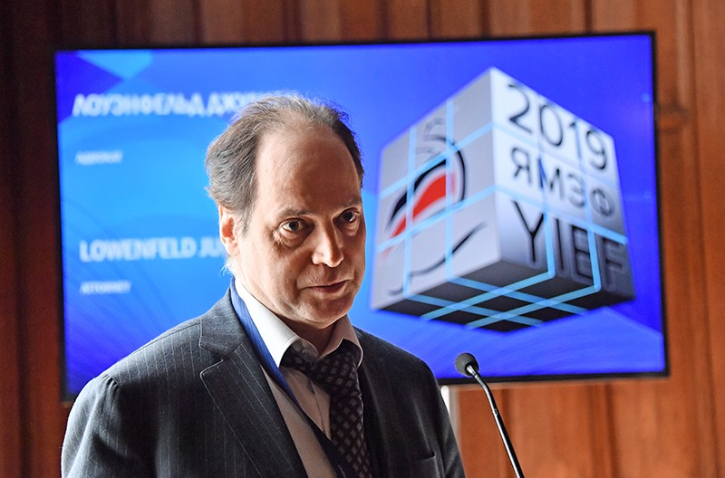 Писатель, судебный юрист Джулиан Лоуэнфельд