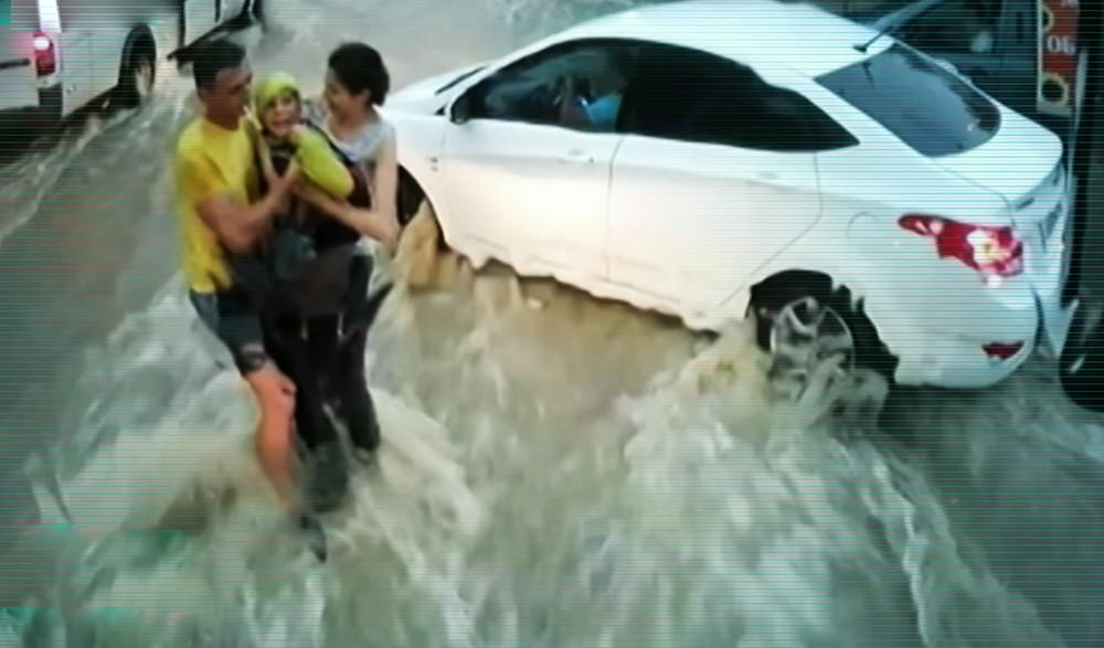 Спасение унесенного потоком воды ребенка в Севастополе