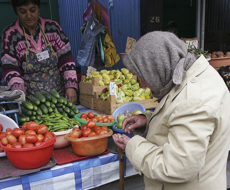 Покупатель на рынке