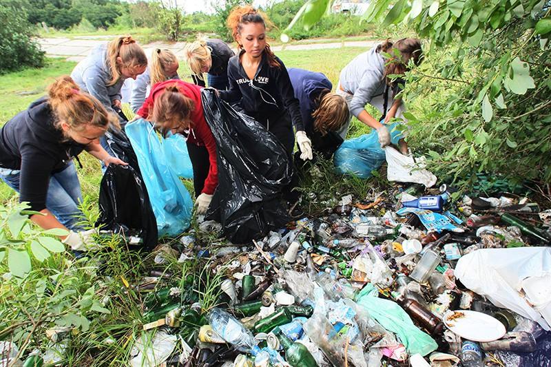 Волонтеры чистят окрестности от мусора
