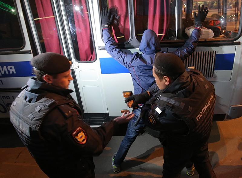 Сотрудники полиции задерживают участников массовой драки