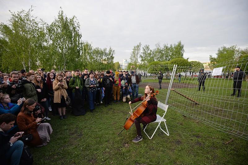 Протестующие в сквере у театра драмы в Екатеринбурге, где планируется построить храм святой Екатерины