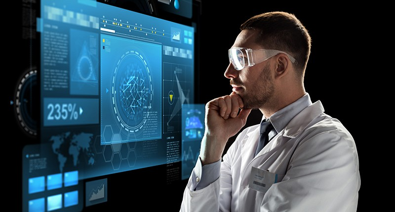 Ученый смотрит на виртуальный экран