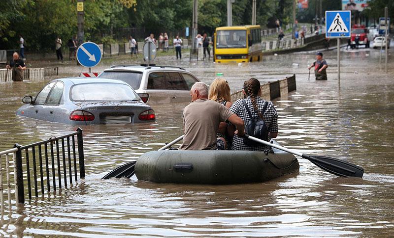Затопленная улица в результате сильного ливня