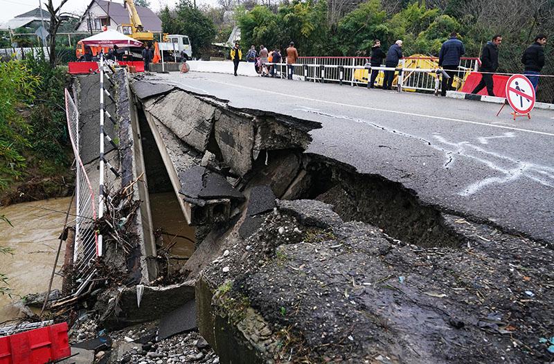 Разрушенный автомобильный мост