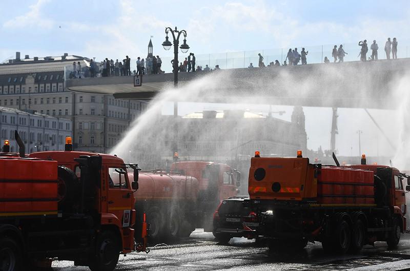 Поливальные машины на Москворецкой набережной в Москве