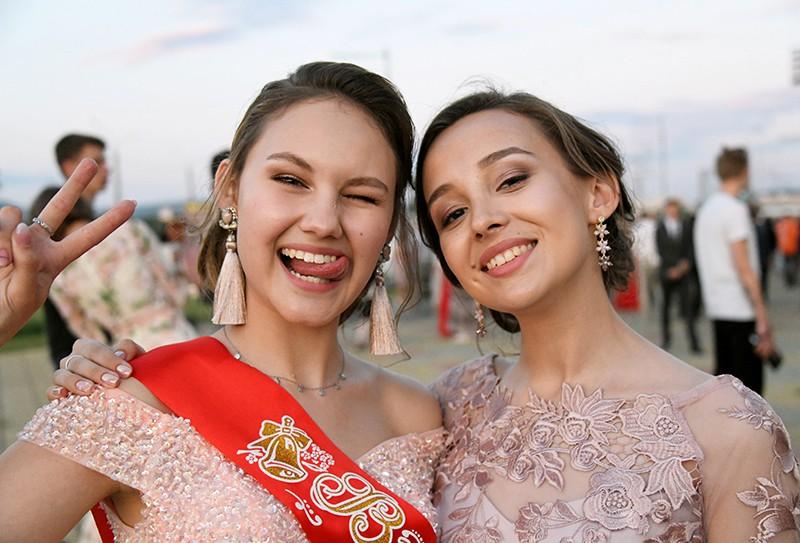 Выпускницы во время празднования школьного выпускного