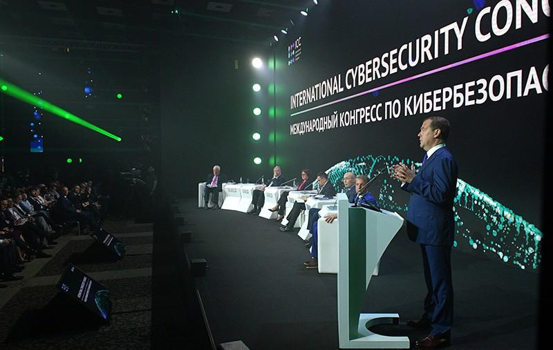 Председатель правительства РФ Дмитрий Медведев выступает на международном конгрессе по кибербезопасности