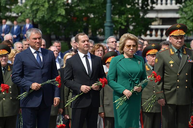 Председатель правительства РФ Дмитрий Медведев в День памяти и скорби принимает участие в церемонии возложения венка и цветов к Могиле Неизвестного Солдата