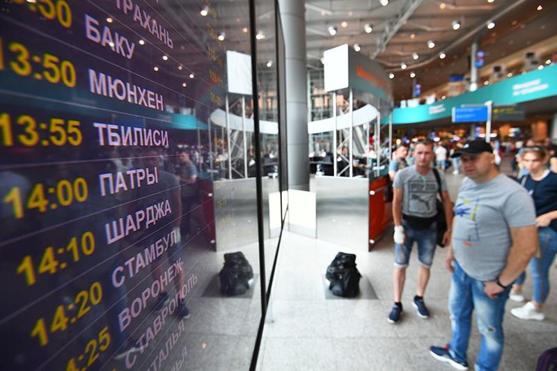 Информационное табло с расписанием авиарейсов