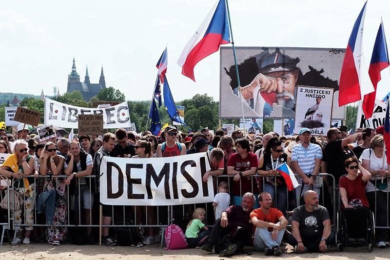 Участники протестной акции в Праге против премьер-министра Андрея Бабиша