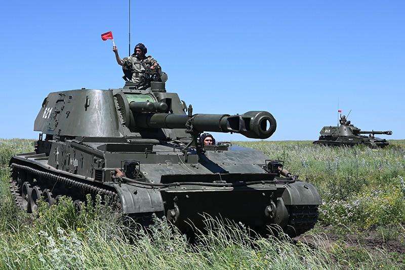 """Самоходная артиллерийская установка 2СЗМ """"Акация"""" во время тактических учений"""