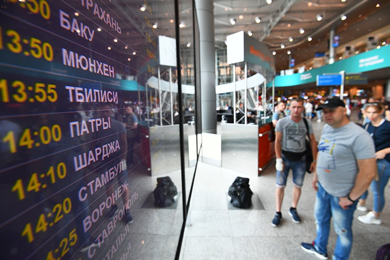 Информационное табло с расписанием авиарейсов в аэропорту Домодедово