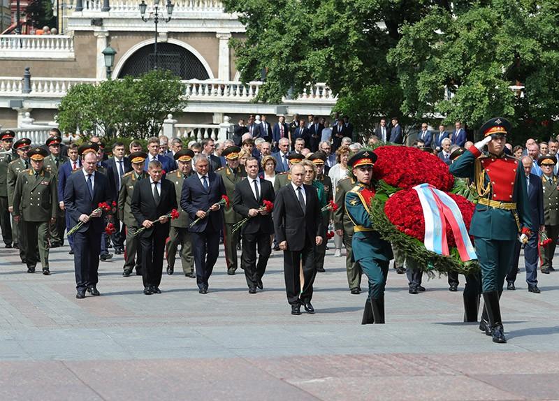 Церемония возложения венка и цветов к Могиле Неизвестного Солдата