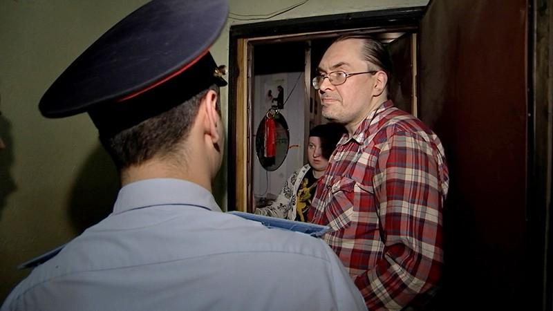 Полицейский опрашивает жильцов