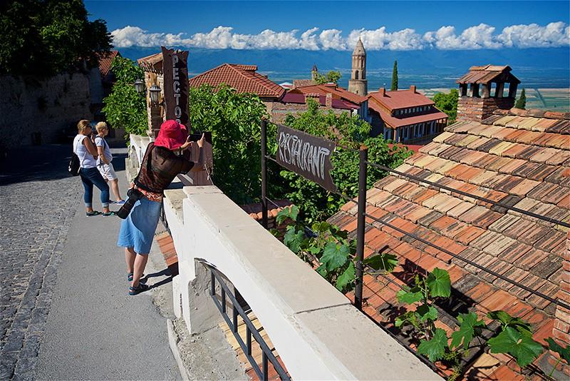 Туристы в Грузии. Вид на Алазанскую долину с одной из улиц города Сигнахи