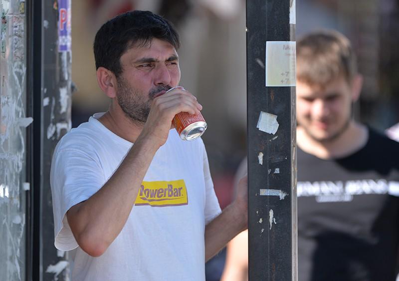 Мужчина пьет газированную воду