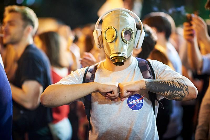 Участник акции протеста у здания парламента Грузии в Тбилиси