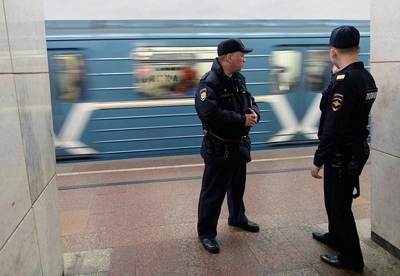 Сотрудники полиции на станции метрополитена
