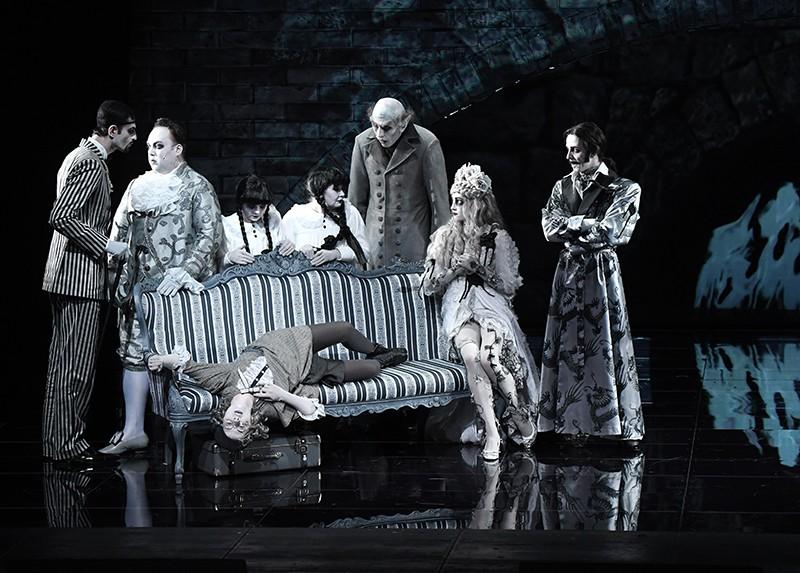 """Сцена из спектакля """"Завещание Чарльза Адамса, или Дом семи повешенных"""""""