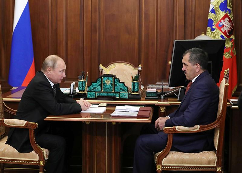 Владимир Путин и Юнус-Бек Евкуров (справа) во время встречи