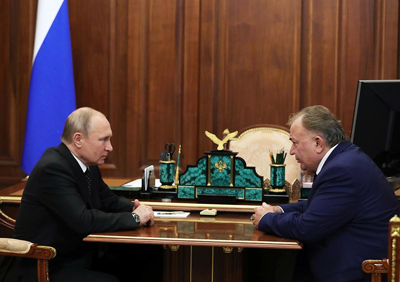 Владимир Путин и Махмуд-Али Калиматов (справа) во время встречи