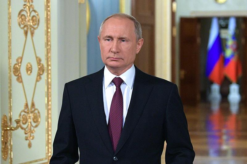 Владимир Путин во время поздравления российских выпускников