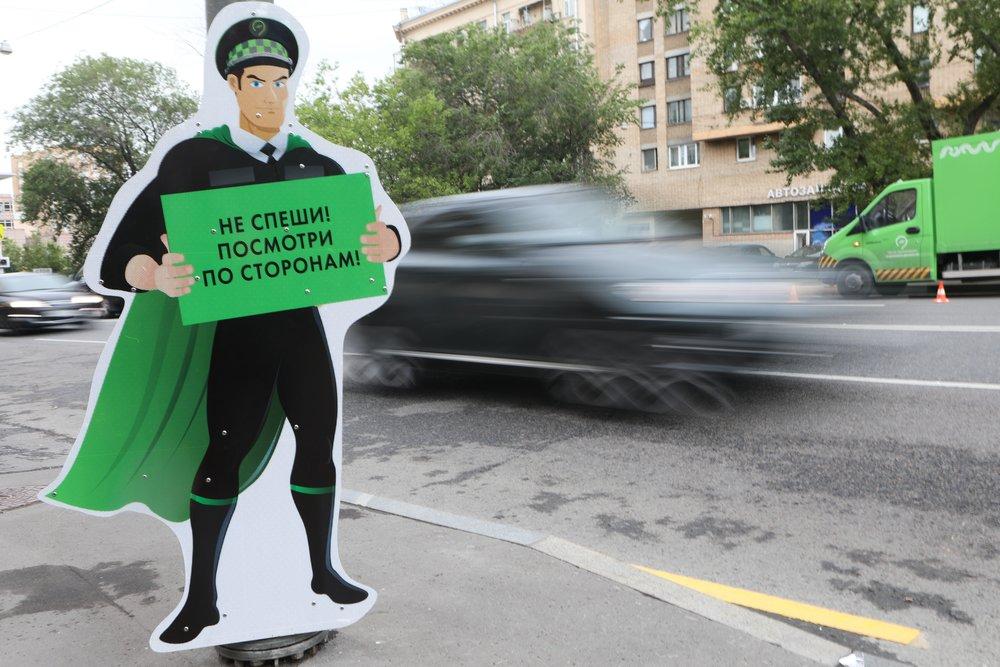 Установка предупреждающих фигур для пешеходов