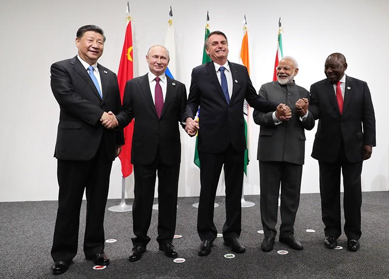 Президент РФ Владимир Путин на церемонии фотографирования лидеров БРИКС