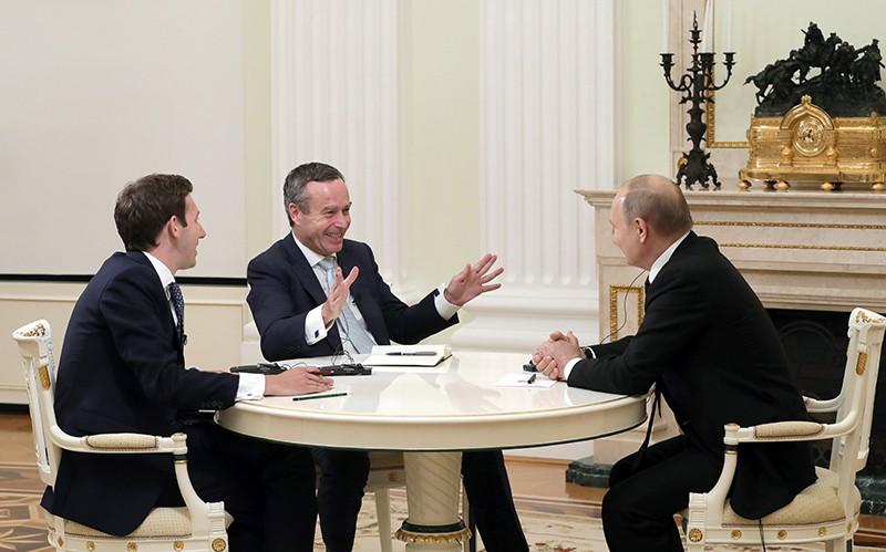 Президент РФ Владимир Путин во время интервью редактору газеты Financial Times