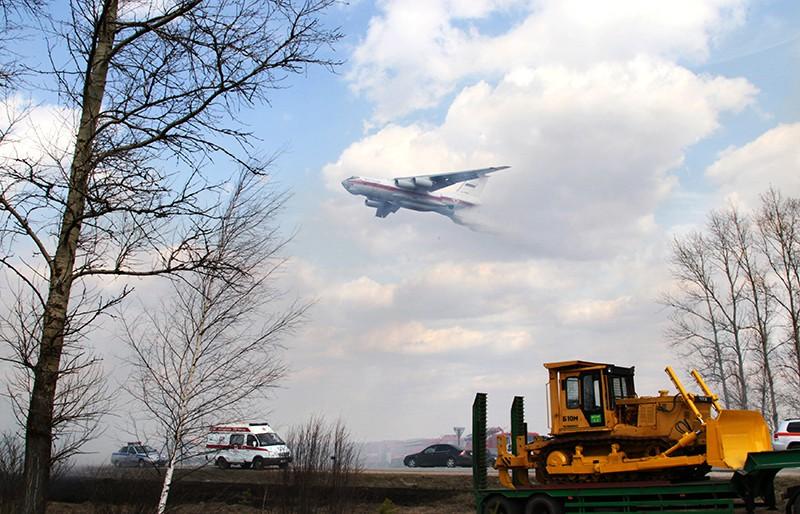 Самолет МЧС Ил-76 производит сброс воды над очагом пожара